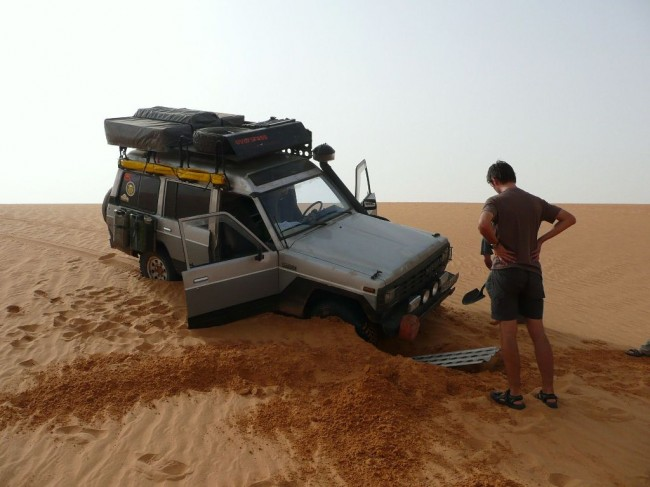 Samochód zakopany na pustyni
